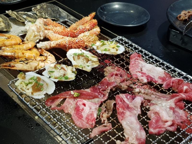 巨型帝王蟹_高雄野饌炭火燒肉泰國蝦吃到飽